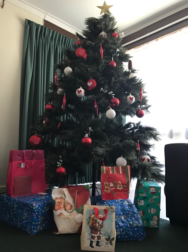 xmas-tree-with-gifts-for-mothers-children-from-rugby-lunches-wa-support-base